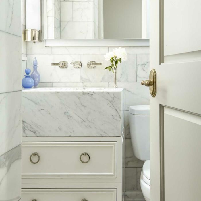 cuartos de baño fotos, baño pequeño decorado en blanco con grande espejo, decoracion de flores y armario de madera