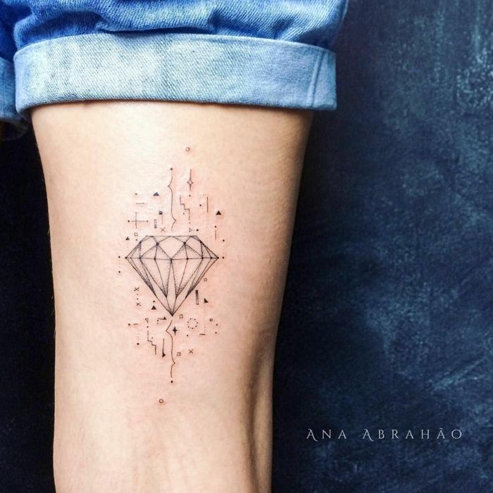 diseño elegante y super bonito, tatuajes pequeños mujer con simbolismo, diamante con pequeños ornamentos