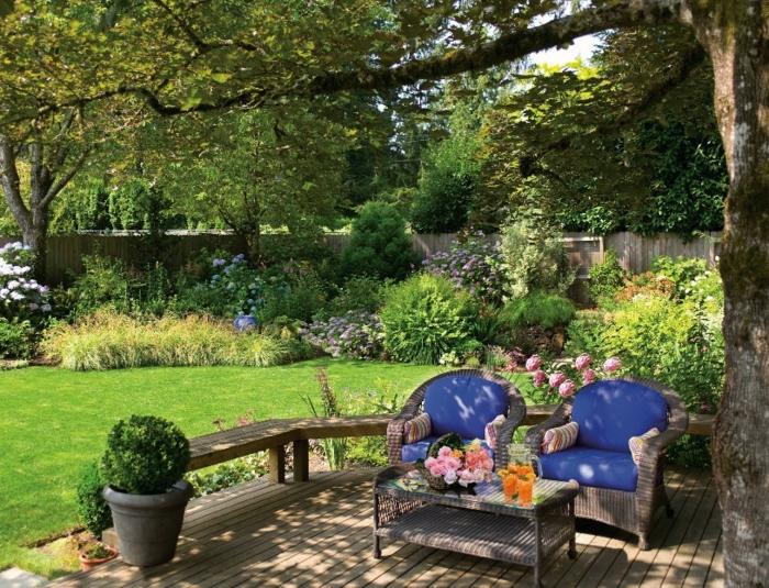 ideas para decorar jardines de diseño, rincón de relax con dos sillones modernos de ratan