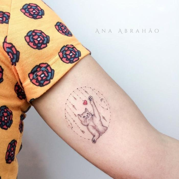 preciosos diseños tatuajes en el brazo pequeños, dibujo de gato con pequeños detalles tatuado en el brazo