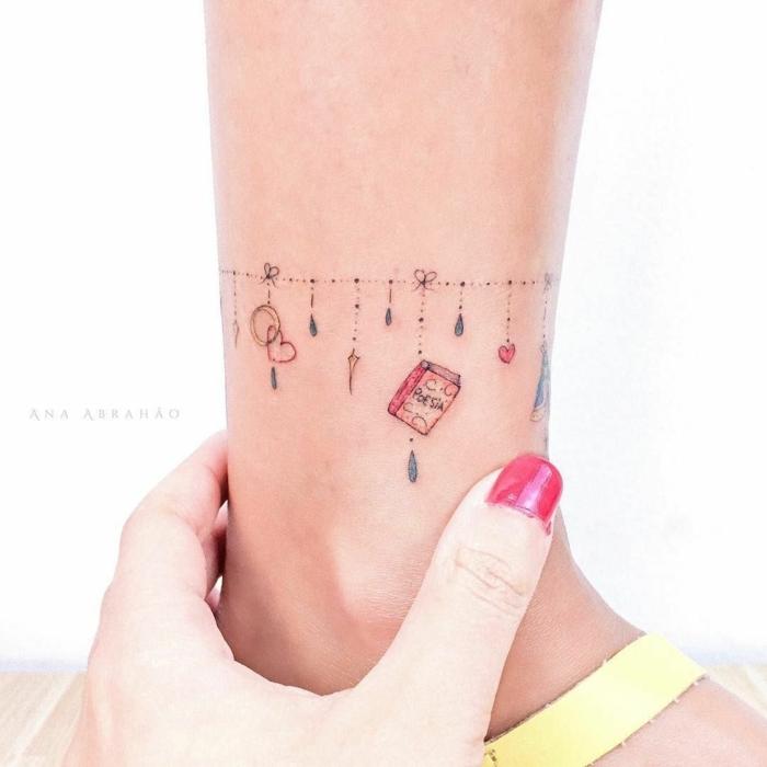 tatuajes pulseras en la pantorilla, tatuajes pequeños mujer, muchos detalles simbólicos
