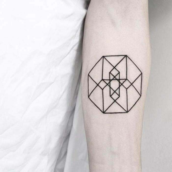 tatuaje geometrico en el antebrazo, ideas tatuaje circulo y cubo, diseños de tatuajes originales
