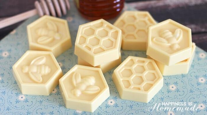como hacer jabones artesanales de forma original, jabones naturales decorativos con dibujos de abejas