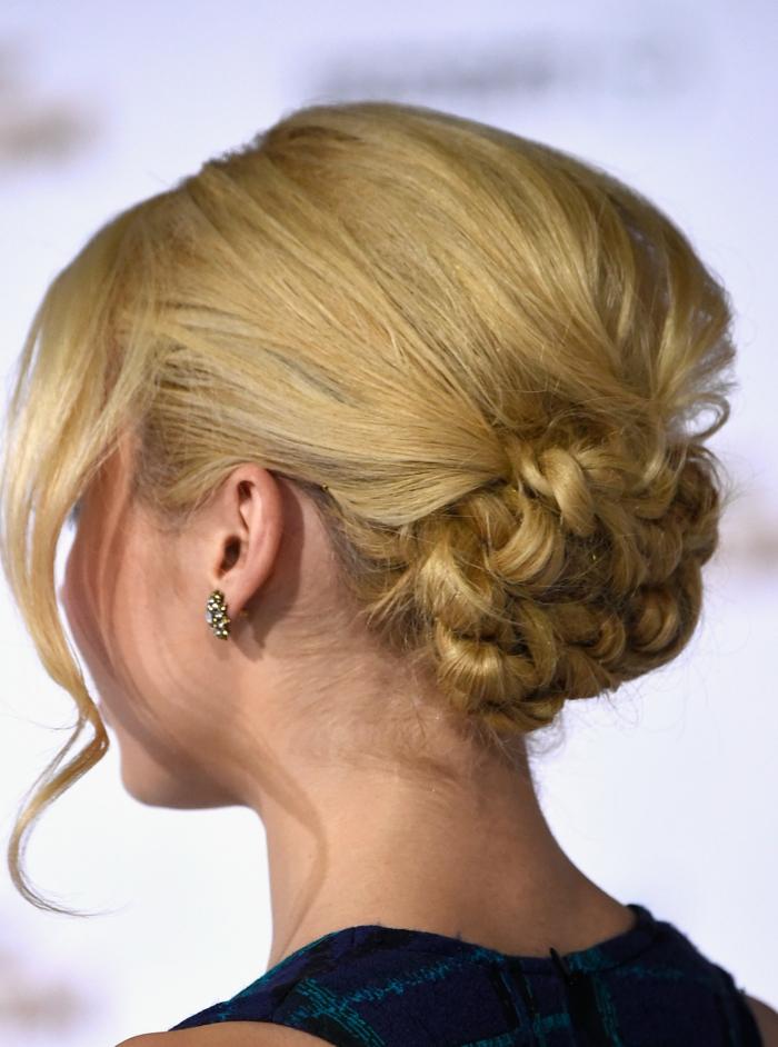 elegante propuesta moño con volumen con mechas sueltas y trenzas en el pelo paso a paso