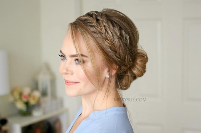 moño tipo princesa con trenzas en el pelo y mechones sueltas, pelo a un lado y trenzas laterales