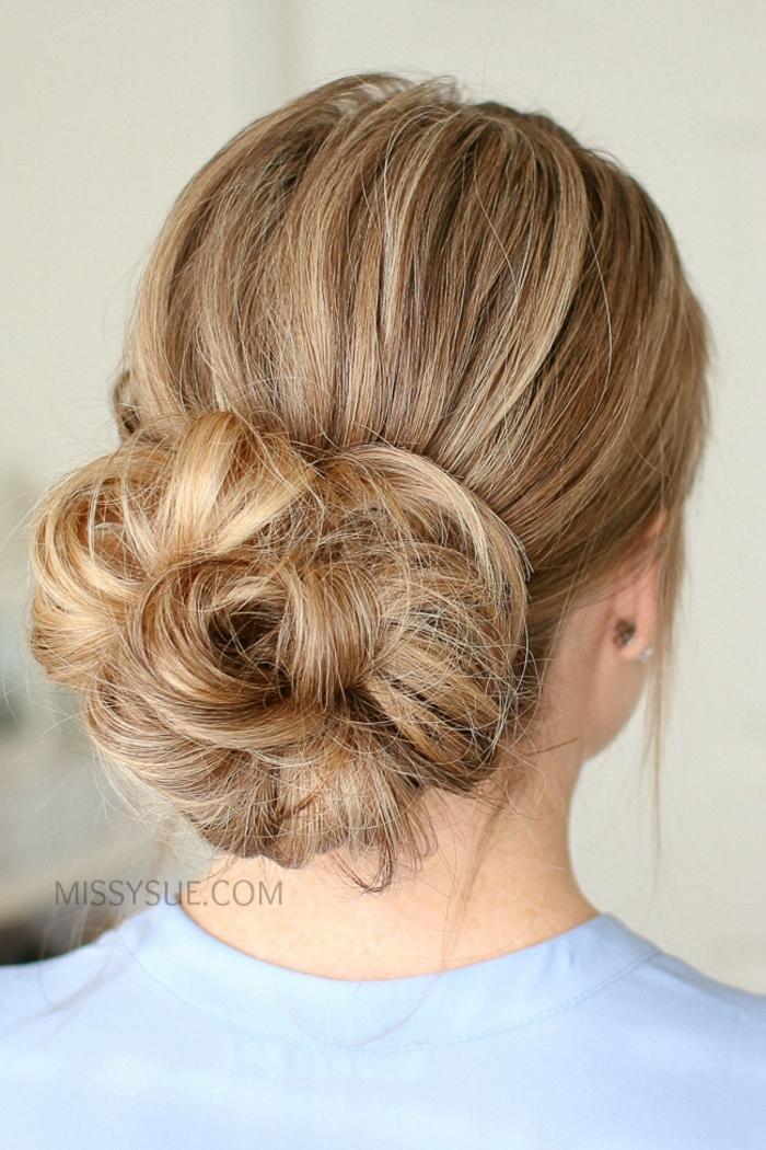 bonita propuesta con trenzas en el pelo, grande y voluminoso moño efecto despeinado