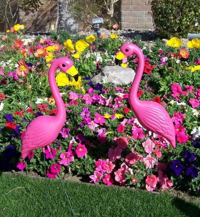 ideas para decorar jardines, decoración con flamingos para el jardín con muchas flores decorado
