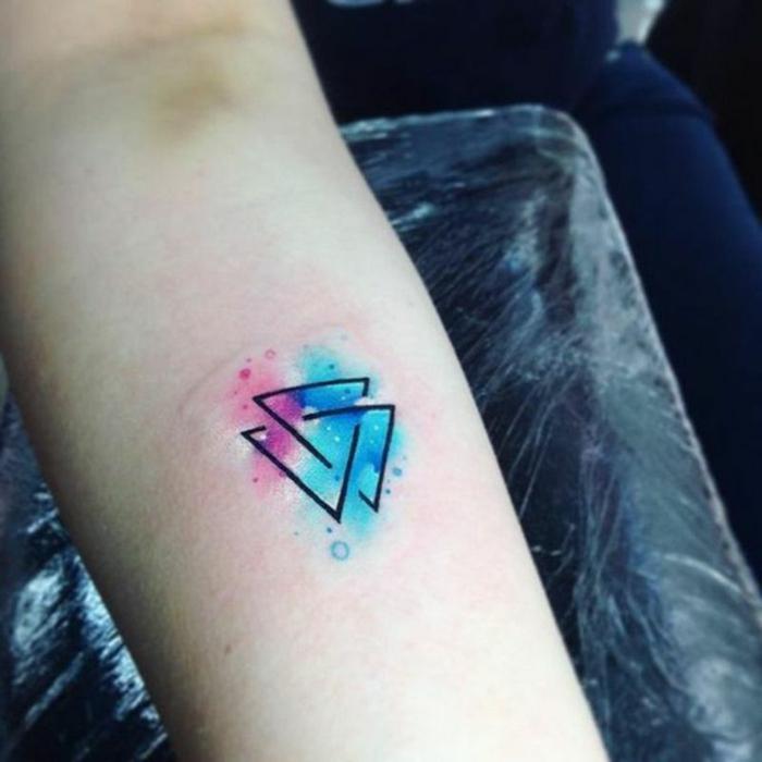 tatuajes con pintura acuarela, tatuajes pequeños mujer con elementos geométricos, dos triángulos entrelazados