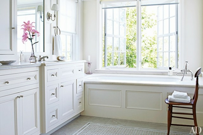 cuartos de baño fotos, precioso baño decorado en estilo clásico con muebles de madera, grande espejo y decoración de flores