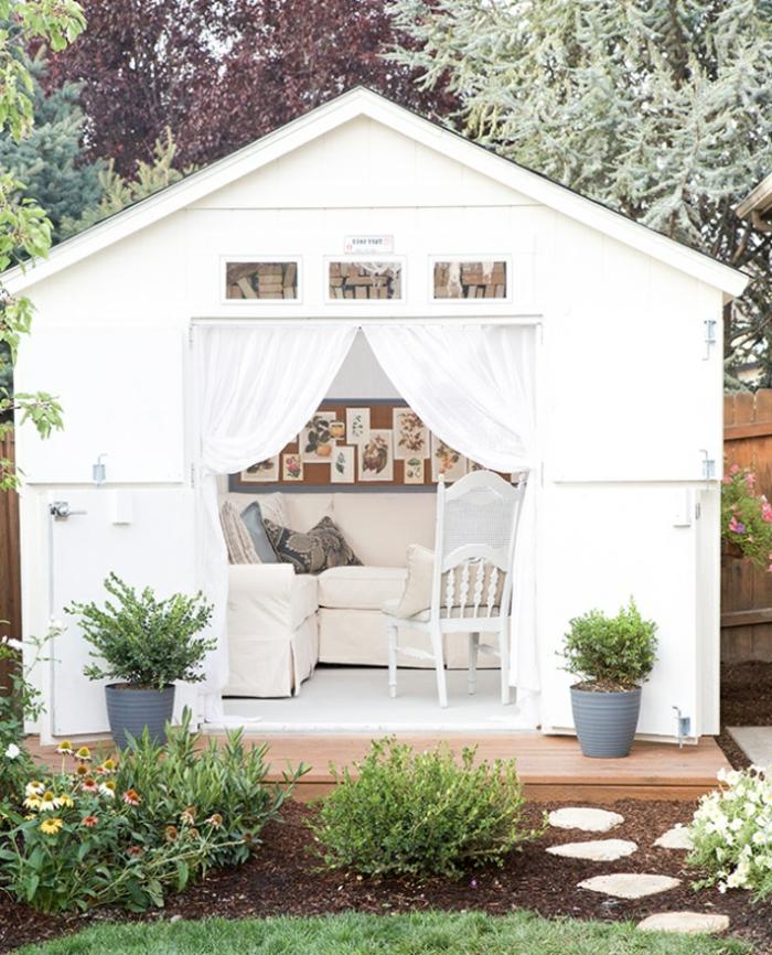 ideas para decorar jardines modernos, pequeña casa de verano amueblada en colores claros