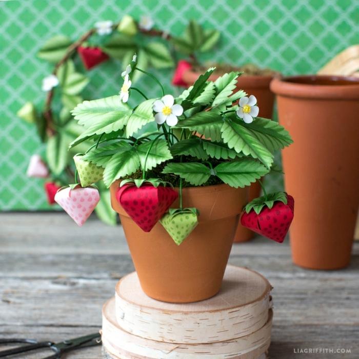 ideas de manualidades con cartulina y papel, fresas y flores hechas de papel DIY, decoración original para la casa