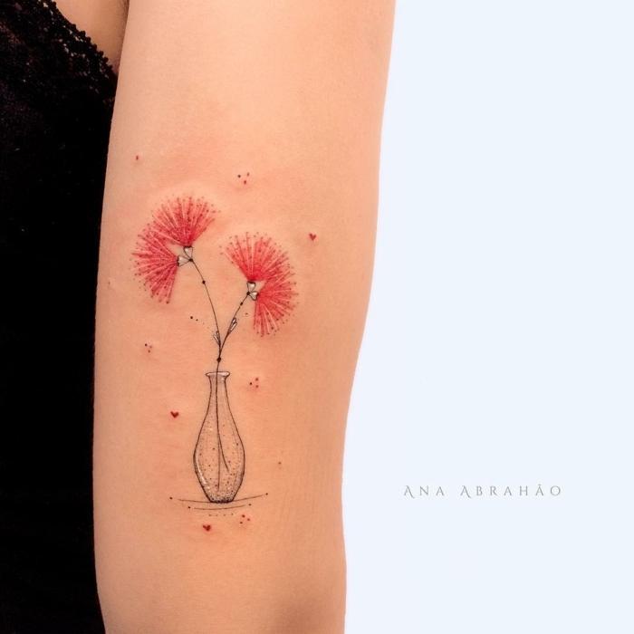 ideas originales tatuajes pequeños y bonitos, jarrón con flores en color rojo, pequeños detalles en forma de corazón