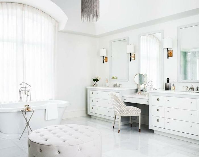 cuartos de baño fotos, precioso baño en blanco con taburete oval en capitoné, muchos espejos y bañera exenta