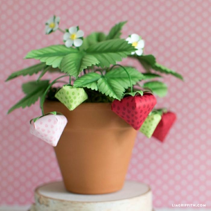 manualidades decoracion ideas super originales, fresas hechas de papel reciclada, proyectos DIY para pequeños y adultos