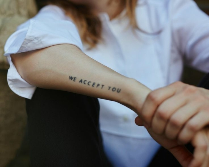 tatuajes pequeños mujer con significado, tatuajes con letras con mensaje, tattoos en el antebrazo