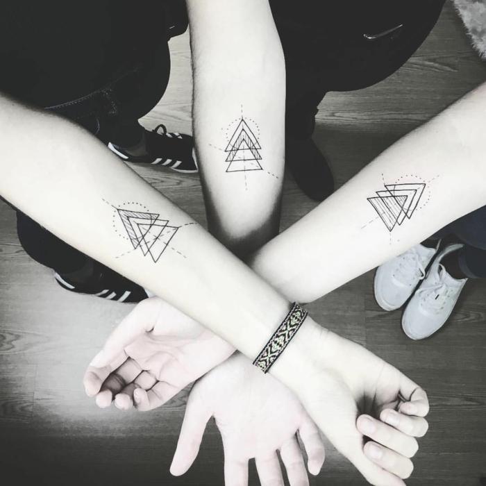 ideas de tatuajes para amigas, tatuaje circulo y triángulo con alto significado, diseño original