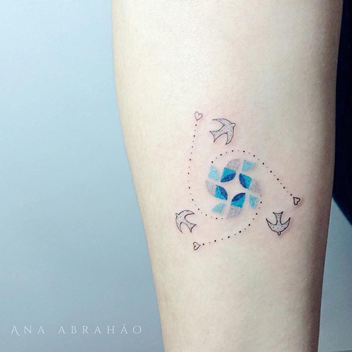 tatuajes pequeños y bonitos con aves, aves en pleno vuelo, detalles coloridos, pequeños detalles tatuados en el antebrazo