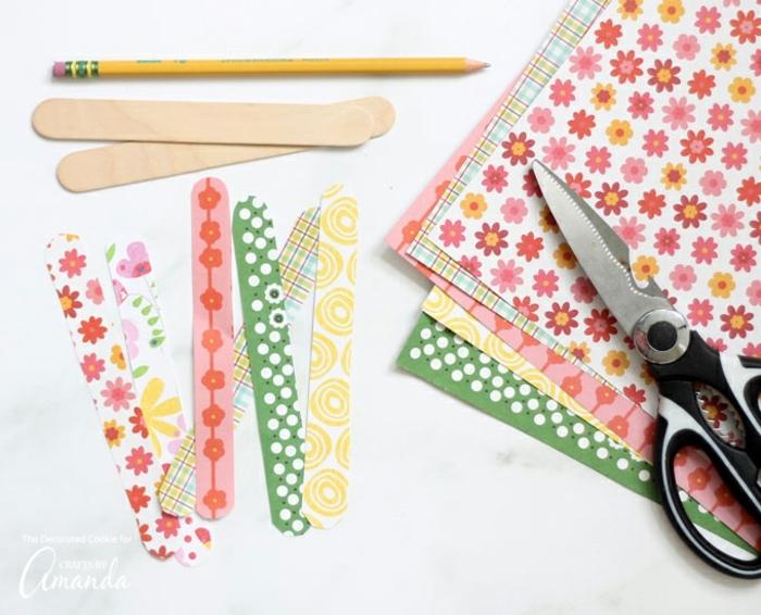 materiales necesarias manualidades decoracion, papel estampada colorida palitos de helado reciclado