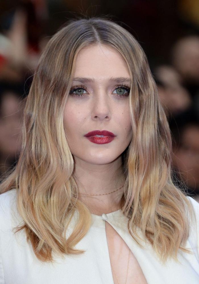 peinados con ondas media melena, cabello color rubio oscuro con mechas balayage y ondas románticas