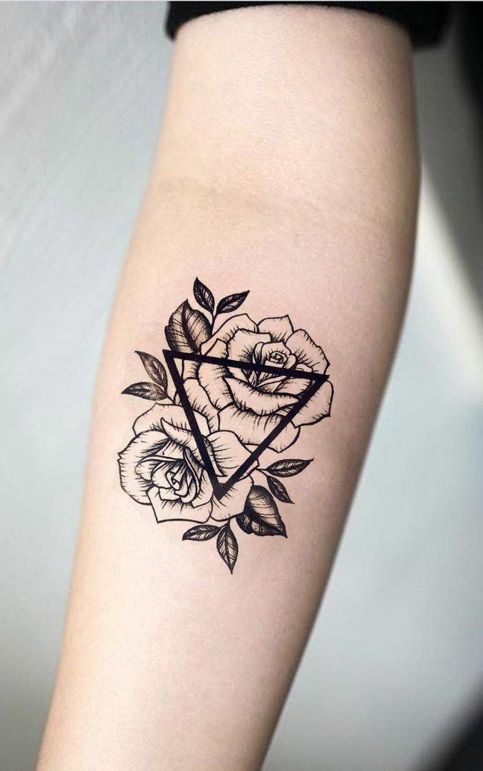 diseños de tatuajes simbolicos con triángulos y flores, tatuaje con mensaje tatuado en el antebrazo