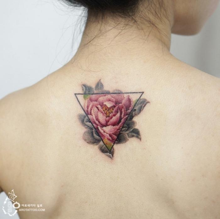 ideas de tatuajes geométricos con flores, tatuajes simbolicos en la espalda, ideas tatuaje mujer