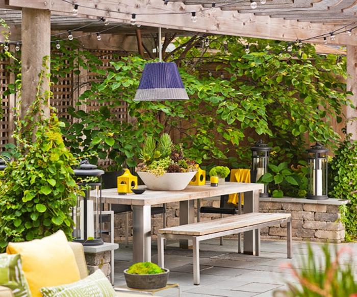 consejos e ideas para decorar jardines pequeños, patio de encanto decorado con muebles de madera