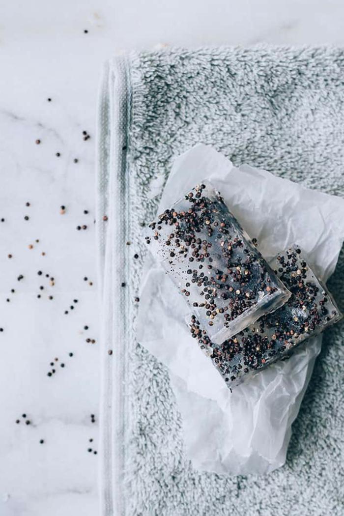 como hacer jabones artesanales exfoliantes, jabón casero con semillas de chia, manualidades fáciles de hacer paso a paso