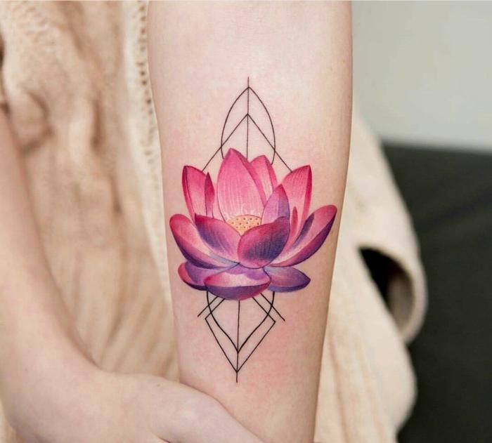 ideas de tattoos geométricos con flores, simbolo triangulo, flor de loto en color rosado