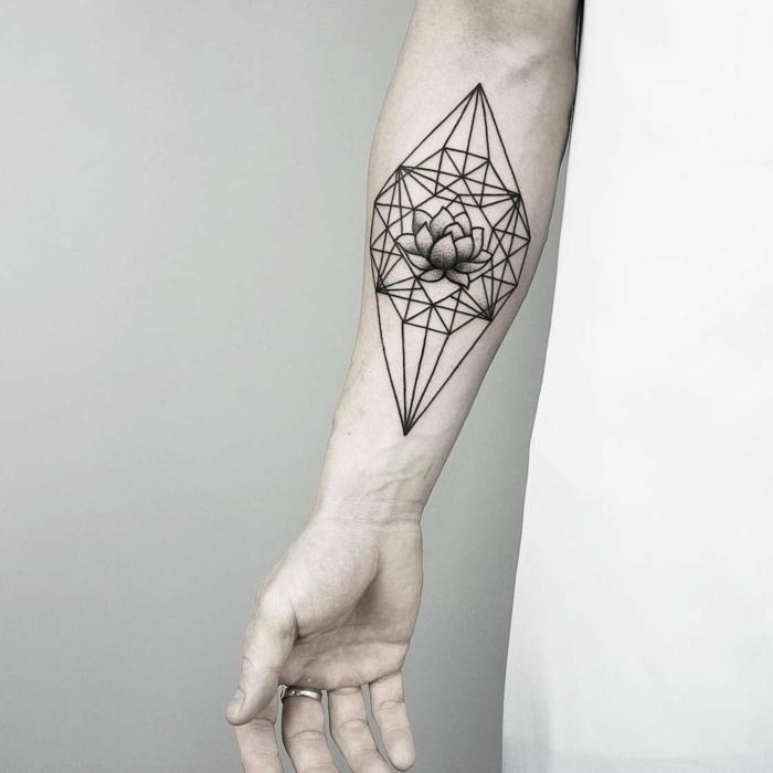 precioso tatuaje geométrico en forma de diamante con flor de loto, ideas simbolo triangulo