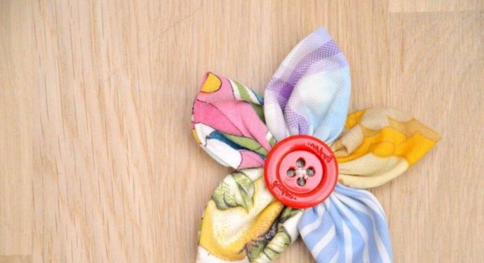 manualidades con material reciclado faciles de hacer, flores de trapos de tela paso a paso