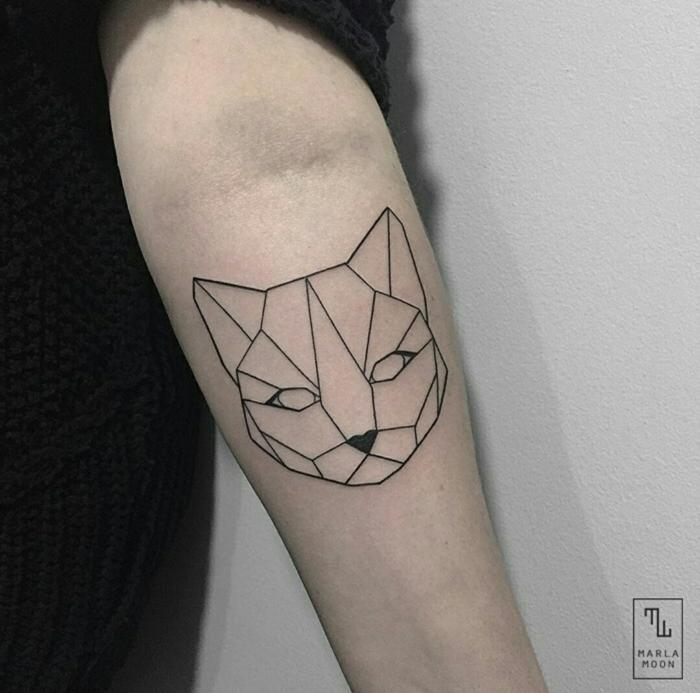 gato en diseño geométrico tatuado en el antebrazo, simbolo triangulo, ideas de tatuajes con significado