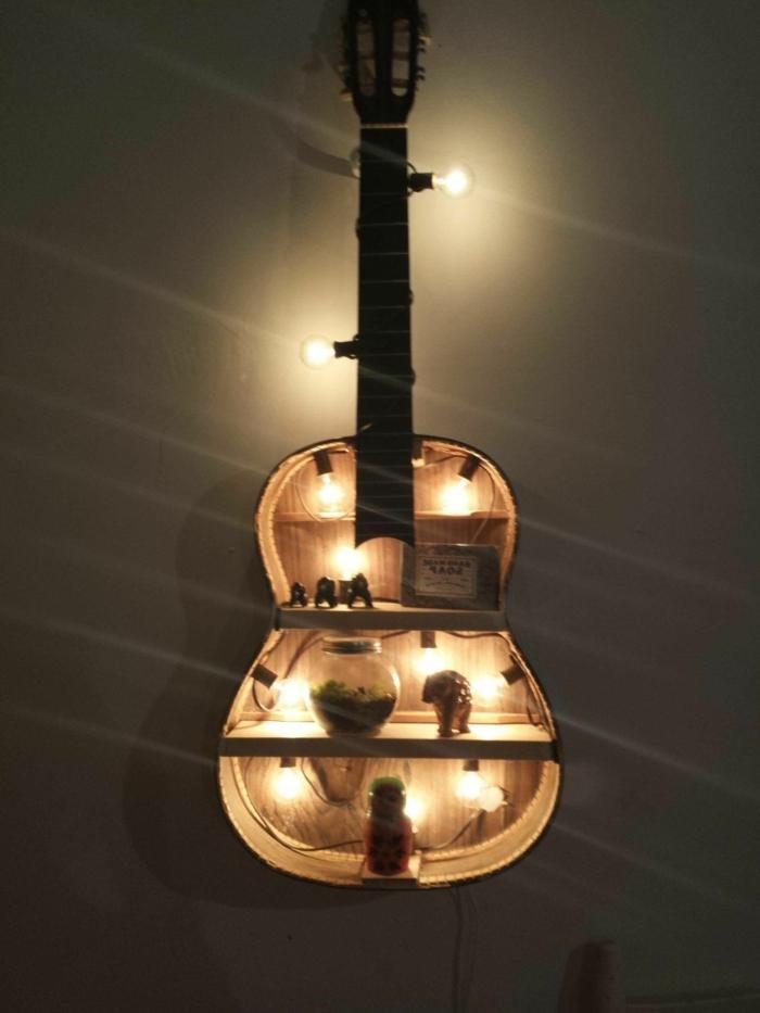 ideas para decorar jardines, guitarra reciclada, hecha como pequeña estantería y colgada de la pared