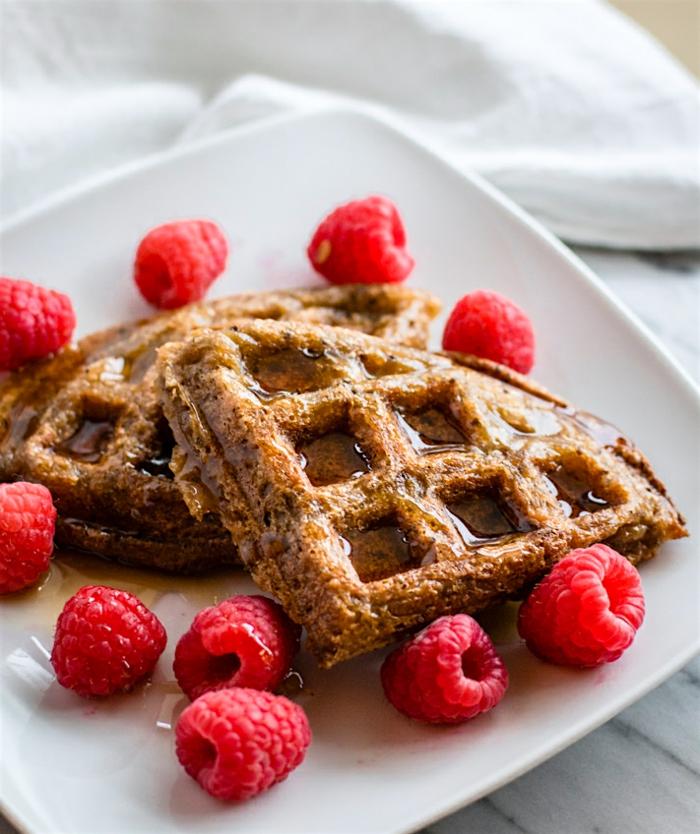 ejemplos de desayunos faciles y rapidos, gofres con jarabe de acre y frambuesas frescas