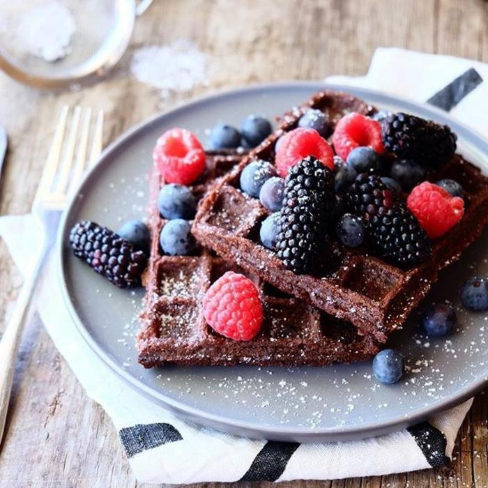 gofres con cocoa adornados de frutas frescas, frambuesas, zarzamoras y arandanos, ideas de desayunos faciles y rapidos