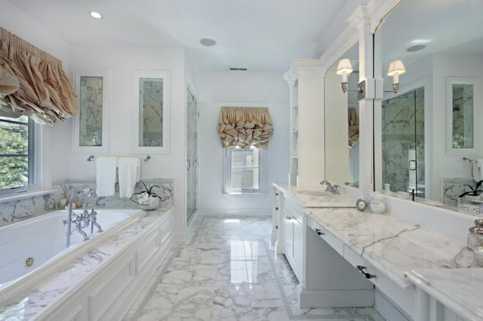 decoracion cuartos de baño estilo vintage, suelo de mármol, luces empotradas y cortinas originales en beige