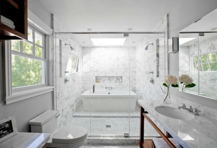 cuarto de baño grande decorado en blanco, decoracion cuartos de baño suelo de mármol, espejo y decoración de flores