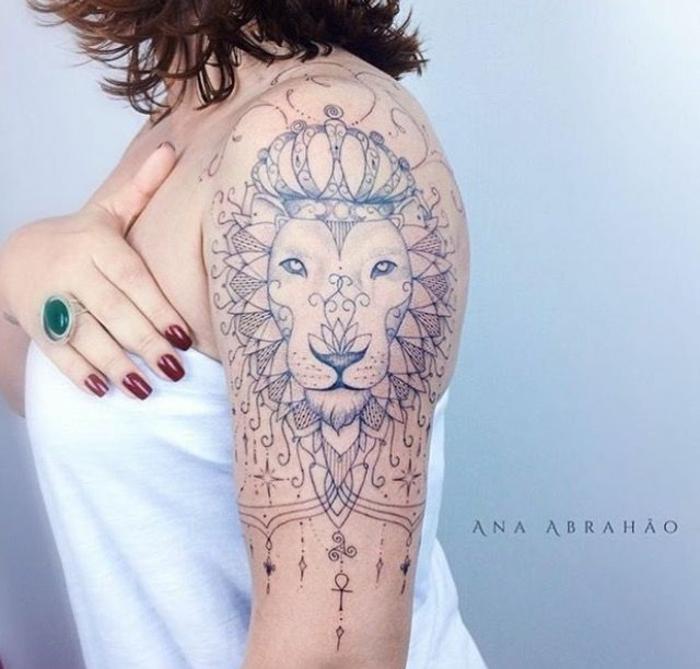 tatuaje grande de cabeza de león, simbolo de fuerza, ideas de tatuajes con significado para mujeres