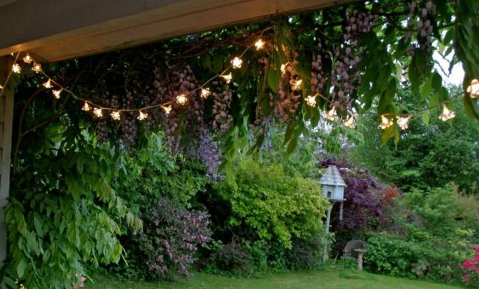 ideas para decorar jardines modernos, pergola decorada con guirnalda de luces, ideas para espacios pequeños