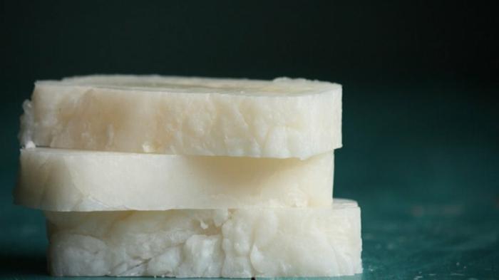 jabón orgánico hecho con aceite de coco, como hacer jabones artesanales naturales para la piel