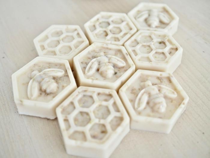 jabones naturales de forma original, pequeños jabones en forma de hexágonos con dibujos de abejas