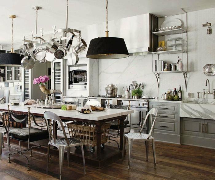 cocina en colores marrón y blanco con lampáras rústicas con parquet en marrón oscuro