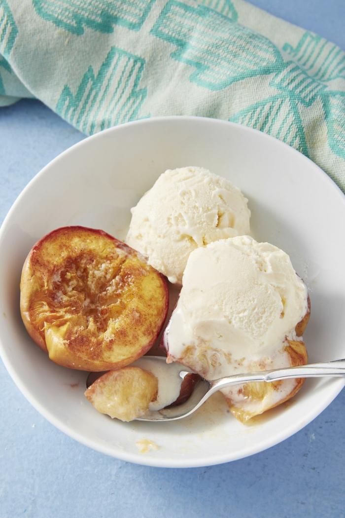 melocotones con helado de vainilla, postres ricos y fáciles de hacer para toda la familia, helado con frutas para los dias de verano