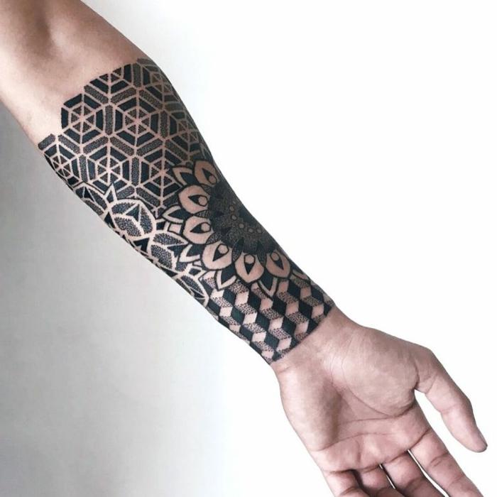 antebrazo entero tatuado con hexágonos en blanco y negro, motivos florales, simbolo triangulo