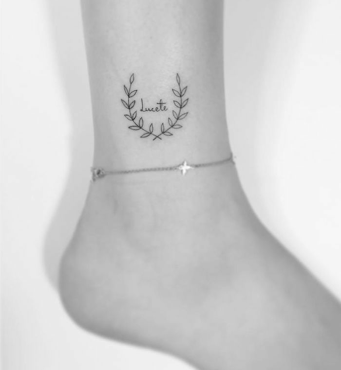 bonitas ideas de tatuajes con letras, corona de laurel simbolo de la victoria, tatuajes pequeños con significado