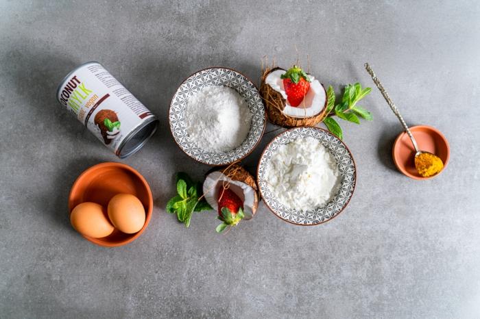 los ingredientes necesarios para preparar crepes Roti Jala en casa, huevos, maicena, harina, fresas, leche de coco