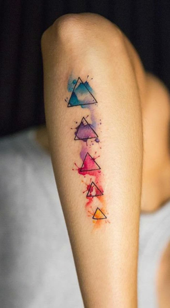 tattoos pequeños simbólicos con figuras geométricas, triángulos de diferente tamaño y color
