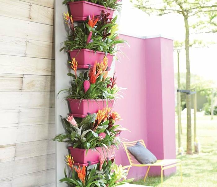 ideas para decorar jardines con macetas, pequeño jardín decorado en colores llamativos