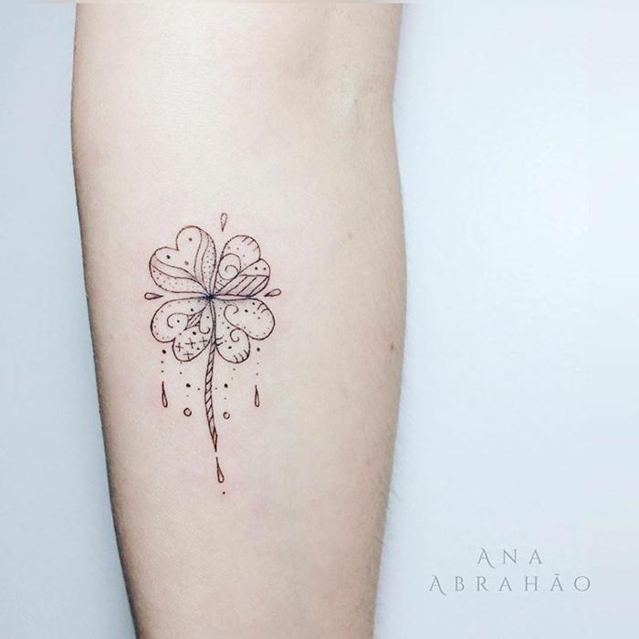 bonito trebol con cuatro hojas, ideas de tatuajes que simbolizan suerte, tatuajes de amigas ideas