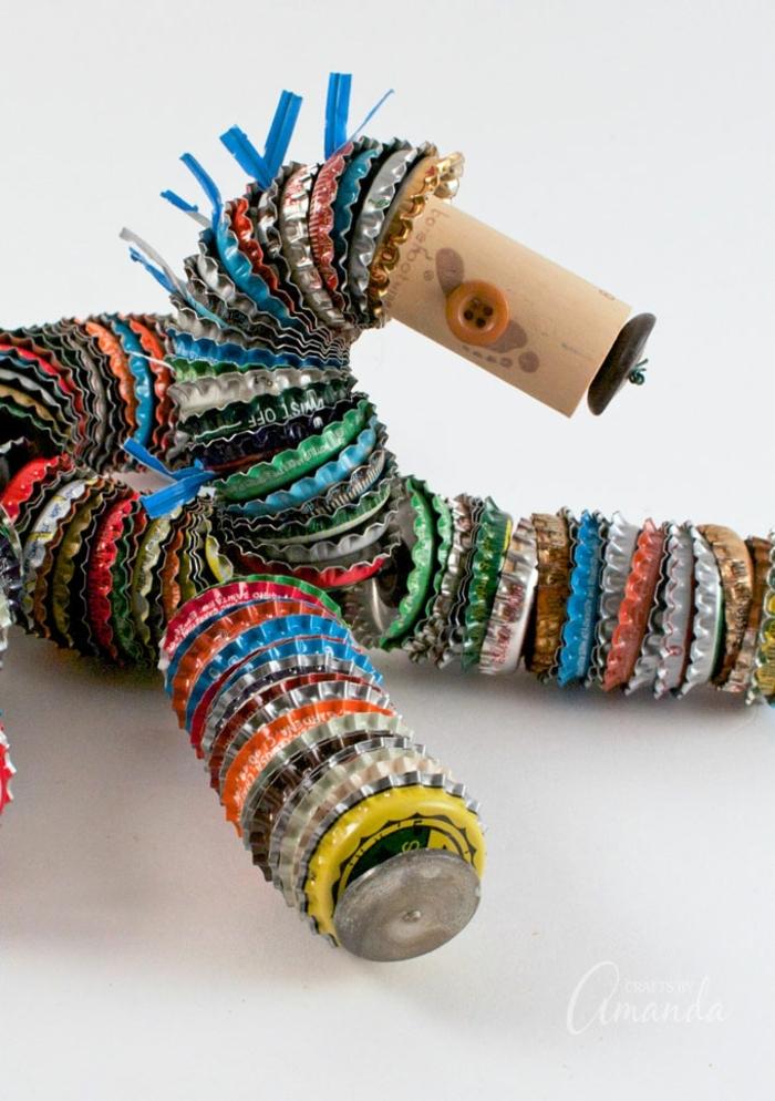 manualidades con material reciclado originales, figura decorativa hecha con tapas de botellas