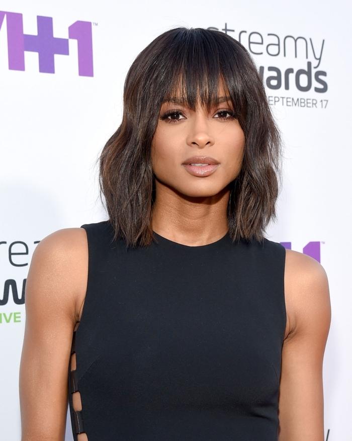 flequillos modernos 2018, cortes de pelo media melena capas, cabello castaño oscuro con flequillo largo
